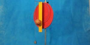 Pêndulos físicos diferentes oscilam com a mesma frequência